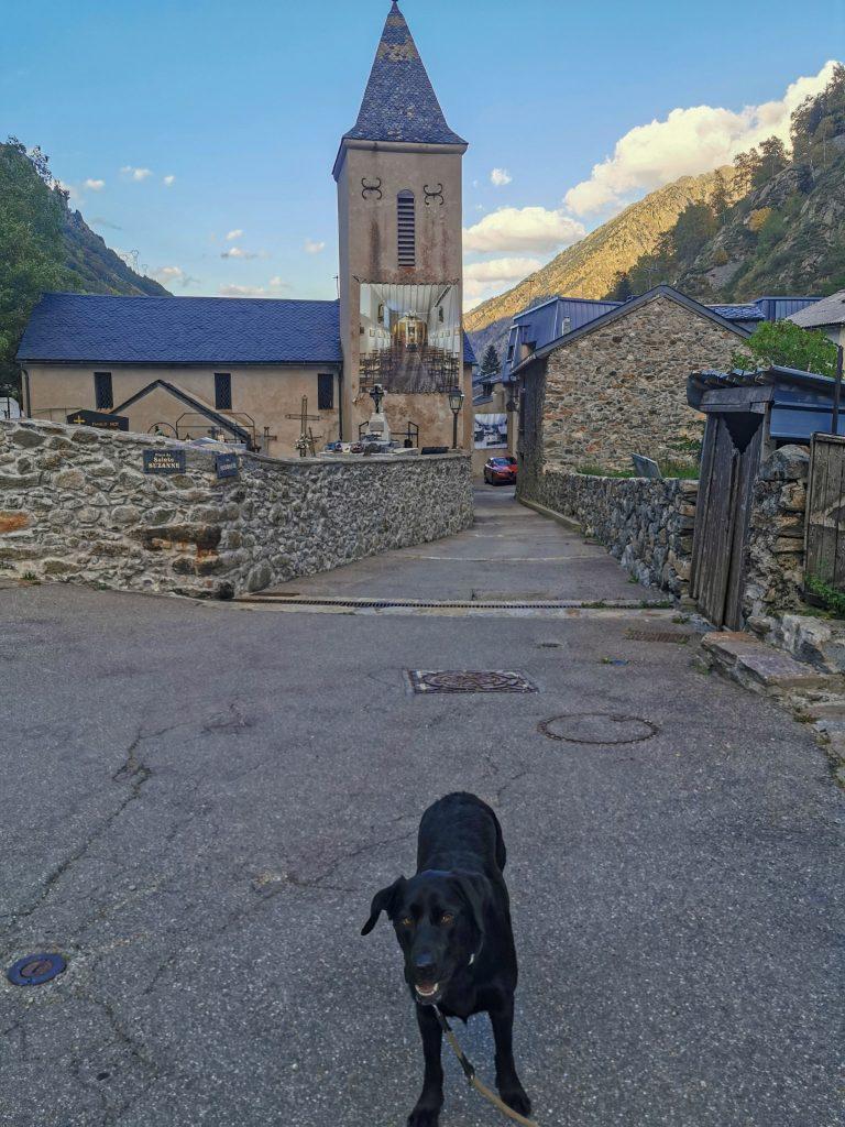 Bergdorf in Frankreich mit Hund
