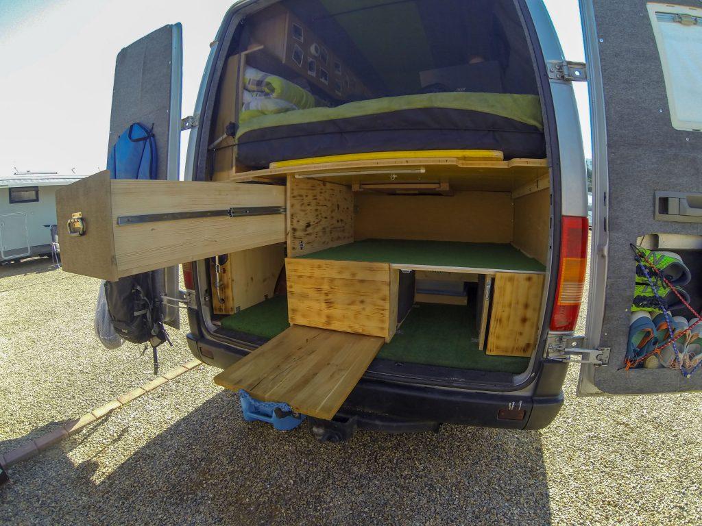 Campingbus selber ausbauen Stauraum