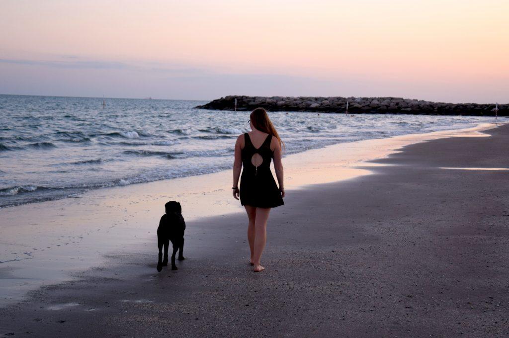 Hund und Frauchen am Strand