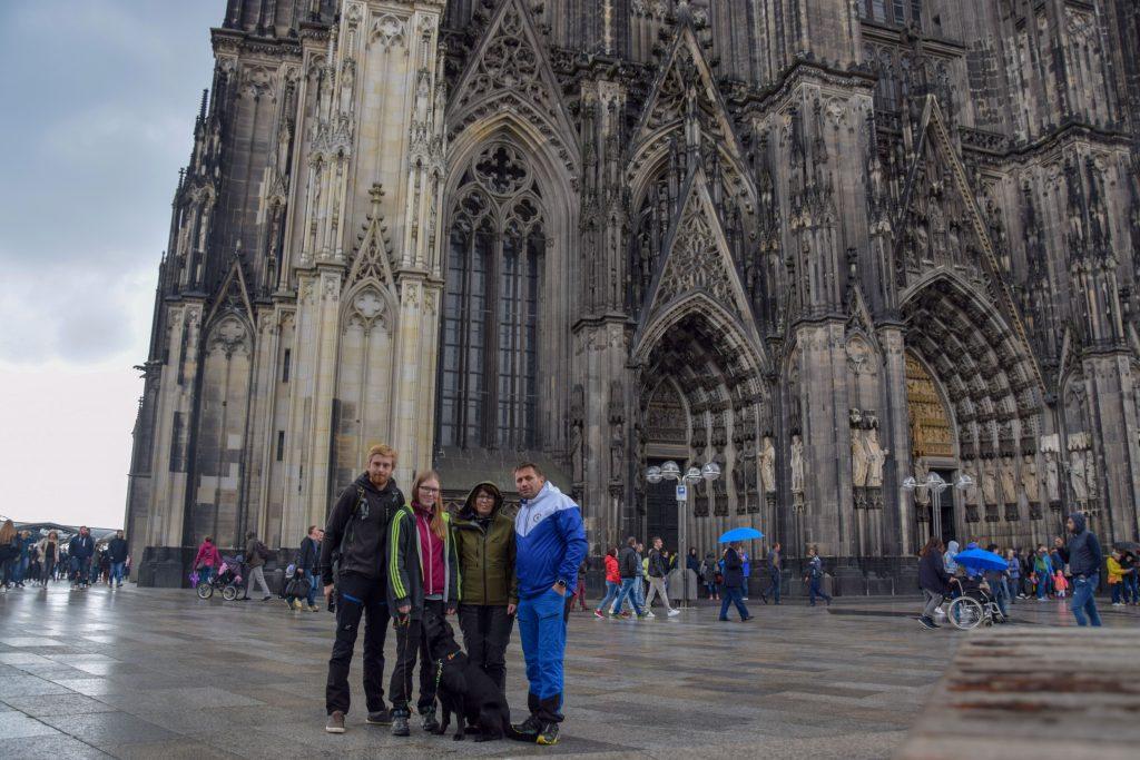 Kölner Dom mit Hund