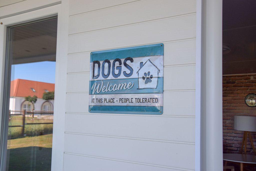 Pro Village Schild Hunde