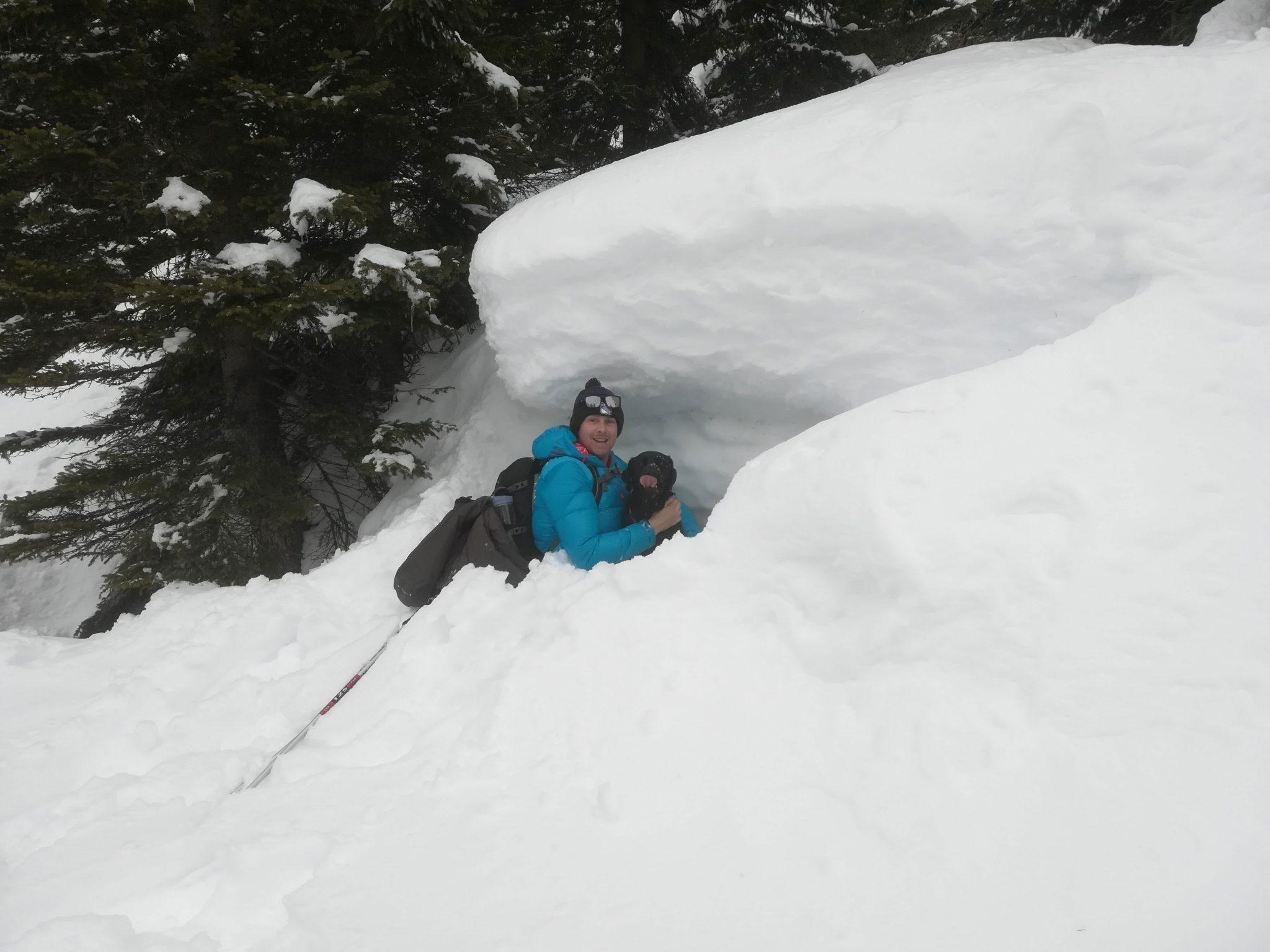 Schneehöhle mit Hund
